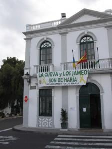 """Protestplakat in Haria/ Lanzarote: """"LA CUEVA y LOS JAMEOS SON DE HARIA"""""""