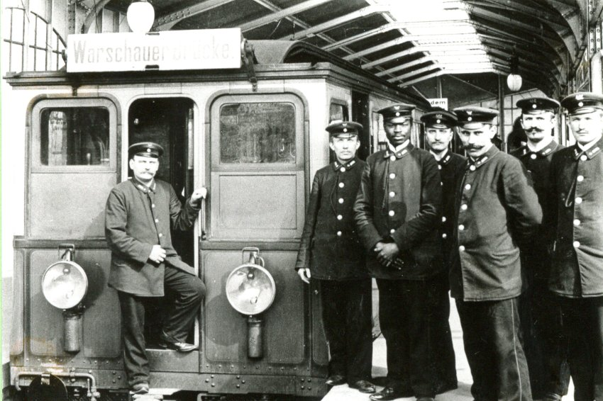 Martin Dibobe 1902 als Zugführer